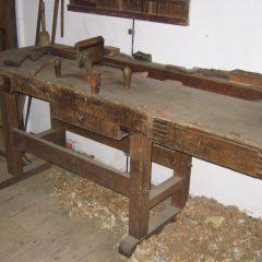Comment convertir un vieux établi en un meuble déco ?